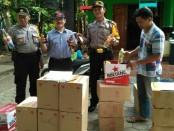 Ratusan botol miras dari berbagai jenis yang berhasil disita Polres Kebumen dalam sebuah operasi pekat, Senin (11/6) siang - foto: Sujono/Koranjuri.com