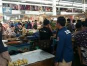 Satgas Pangan Polres Kebumen saat blusukan ke pasar, memantau harga-harga kebutuhan berkebun pokok menjelang lebaran - foto: Sujono/Koranjuri.com
