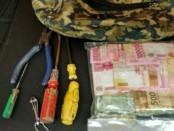 Barang bukti yang diamankan Polsek Tambora dari pelaku pembongkar kotak amal di masjid - foto: Istimewa