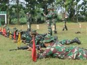 Anggota Kodim 0708 Purworejo tengah menjalani latihan menembak di lapangan tembak Yon Mek 412/Bes, Kamis (21/6) - foto: Sujono/Koranjuri.com
