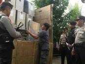 Pendistribusian logistik pemilu di Kebumen dikawal ketat polisi, Jum'at (22/6) - foto: Sujono/Koranjuri.com