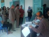 Keterangan foto: wakil walikota Solo Purnomo tengah berbincang bincang dengan lurah Baluwarti pada saat meninjau tempat pemungutan suara di TPS1 Kraton Solo. / Foto: koranjuri.com