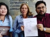 Lugmayr Karin (tengah) bersama seorang penterjemah (kiri) dan kuasa hukum Tjokorda Alit Budi (kanan) menunjukkan surat pengaduan ke Polda Bali – foto: Koranjuri.com