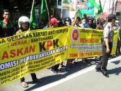 Aksi demo yang dilakukan LSM Gerak di depan Pemkab Banyuwangi, Rabu, 19 Juli 2018 - foto: Istimewa