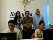 Ahmad Yani (tengah belakang) bersama karyawan - foto: Ari Wulandari/Koranjuri.com