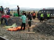 Polisi tengah melakukan olah TKP, dimana korban tersambar kereta api Logawa - foto: Sujono/Koranjuri.com