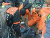 Tim SAR gabungan melakukan evakuasi terhadap pendaki Gunung Rinjani yang terjebak karena gempa 6,4 SR yang mengguncang Lombok - foto: Istimewa