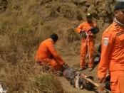 Tim SAR gabungan melakukan evakuasi pendaki Gunung Rinjani yang terjebak longsor ketika gempa 6,4 SR mengguncang Lombok - foto: Istimewa