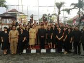 Pimpinan, guru dan jajaran staf SMP PGRI 2 Denpasar - foto: Koranjuri.com