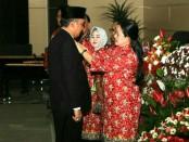 Bupati Purworejo Agus Bastian saat menerima penghargaan Manggala Karya Kencana (MKK) dari Presiden RI Joko Widodo, Jum'at (6/7) di Manado, Sulut - foto: Sujono/Koranjuri.com