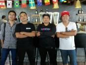 Exo, nomer dua dari kiri bersama manajer dan rekan - foto: Koranjuri.com