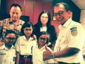 Kepala PT KAI Daop 6 Yogyakarta, Eko Purwanto, bersama anak-anak penerima bantuan kaca mata gratis - foto: Sujono/Koranjuri.com