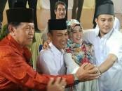 Calon Kades Mekarsari, Linda Ekawati, Indra Sakti dan Nanang Kosim berfoto bersama dengan ketua panitia Pilkades - foto: Istimewa