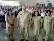 Kepala sekolah SMA Negeri 2 Denpasar Ida Bagus Sueta Manuaba bersama Wakasek dan OSIS - foto: Koranjuri.com