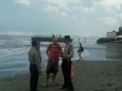 Petugas memberikan pemahaman kepada wisatawan asing agar menjauhi pantai akibat fenomena gelombang tinggi yang melanda pesisir Bali - foto: Istimewa