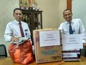 Wahyu Puji Santosa, Wakil Pemimpin  Bank Jateng Cabang Purworejo, didampingi Djono Mintardjo, Kasi SDM dan  Umum, dengan sebagian sumbangan yang berhasil dikumpulkan - foto: Sujono/Koranjuri.com