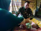 Muhammad Cakra Maulana, bayi yang lahir di pengungsian gempa Lombok mendapatkan penanganan dari tim medis TNI - foto: Istimewa