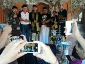 Tokoh Puri Satria Cokorda Oka Ratmadi (bertopi berkaus putih) bersama sejumlah paranormal di Bali dan Jro Master Made Bayu Gendeng (tengah) - foto: Koranjuri.com