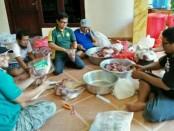 Membagi daging qurban Idul Adha yang diselenggarakan LDII Provinsi Bali - foto: Ari Wulandari/Koranjuri.com