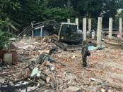 Pengerahan alat berat dan kerja keras TNI untuk membersihkan puing-puing reruntuhan bangunan akibat serangkaian gempa yang melanda wilayah Lombok, NTB - foto: Istimewa