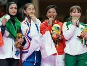 Cokorda Istri Agung Sanistyarani (tiga dari kiri) setelah berhasil mengantongi medali perunggu di cabang karate Asian Games 2018 - foto: Getty images