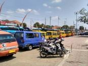 Ratusan angkutan umum di Purworejo melakukan aksi mogok, Senin (27/8). Mereka menolak keberadaan angkutan berbasis online yang dianggap ilegal - foto: Sujono/Koranjuri.com