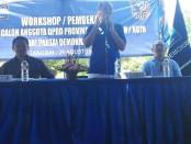 Ketua DPD Partai Demokrat I Made Mudarta (berdiri) - foto: Koranjuri.com