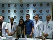 Tim dokter dan pasutri saat konferensi pers di RSIA Puri Bunda Denpasar, Jumat (31/8/2018) - foto: Ari Wulandari/Koranjuri.com