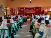 Para siswa SMP N 4 Purworejo, saat mengikuti pelatihan jurnalistik dan kemampuan berbicara di depan umum, Kamis (2/8), dengan narasumber Syaiful Anwar, reporter RCTI, dan alumni SMP N 4 Purworejo tahun 89 - foto: Sujono/Koranjuri com