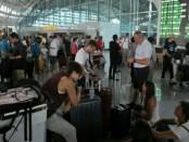 Penumpang di Bandara Ngurah Rai- foto: Ari Wulandari/Koranjuri.com
