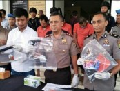 Polres Tangerang Selatan  menangkap empat tersangka DA alias Andri alias Boler (24), BD alias Billy alias Wawan (28), AJ alias Andi (33) dan RP alias RN anak dibawa umur. Empat tersangka merampas sepeda motor operator Ojek Online (Ojol) - foto: Istimewa