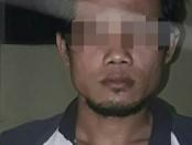Tersangka HE, anak yang tega menghabisi ayahnya sendiri, dengan barang bukti besi cor  - foto: Sujono/Koranjuri.com