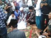 Matawi (59) warga Dusun Maelang, Desa Watukebo, Kecamatan Wongsorejo, Banyuwangi menjalani prosesi sumpah pocong setelah diisukan menganut ilmu santet - foto: Istimewa