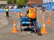 Seorang peserta sedang melintas di rute yang sudah ditentukan, pada Lomba Becak Kayuh, dalam rangka memeriahkan HUT kemerdekaan RI ke 73, yang diselenggarakan Satlantas Polres Purworejo, Kamis (16/8/2018) - foto: Sujono/Koranjuri.com