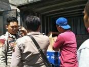Mobil boks pengangkut miras, saat diamankan Polres Kebumen, dalam sebuah penyergapan, Kamis (16/8) siang - foto: Sujono/Koranjuri.com