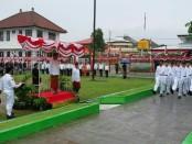 Narapidana di Lapas Kelas IIA Kerobokan mengikuti upacara bendera untuk memperingati HUT Kemerdekaan RI Ke-73 - foto: Istimewa