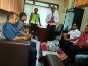 Perwakilan warga Ketangi saat menyampaikan aspirasinya, meminta penangguhan penahanan terhadap Kades Ambyah Panggung Sutanto, Rabu (19/9) - foto: Sujono/Koranjuri.com