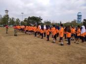 Siswa-siswi kelas VII SMP N 12 Purworejo, saat mengikuti latihan baris berbaris, dalam program bela negara, Senin (24/9) hingga Rabu (26/9), di alun-alun Kutoarjo - foto: Sujono/Koranjuri.com
