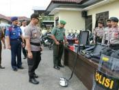 Kapolres Kebumen, AKBP Arief Bahtiar, saat mengecek kondisi peralatan yang akan digunakan untuk penunjang pengamanan Pileg dan Pilpres mendatang - foto: Sujono/Koranjuri.com