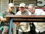 Pangdam IX Udayana (kiri), Arif Tan (kanan) tiup lilin ultah ke-1 Café Beken - foto: Ari Wulandari/Koranjuri.com