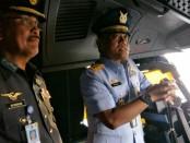 Pangkoopsau I didampingi Pangwilud 1 melihat pesawat angkut jenis A 400 M milik Skadron Udara 22 TUDM - foto: Istimewa