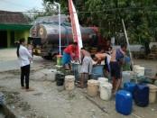 Pasokan air bersih untuk warga yang terlanda kekeringan pada musim kemarau tahun ini - foto: Istimewa