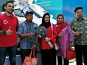 Foto bersama pemenang utama hadiah mobil dari Cellular World Indoscreen - foto: Ari Wulandari/Koranjuri.com