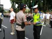 Puluhan anggota Kepolisian Daerah Metro Jaya mendapatkan penghargaan atas prestasi mereka selama bertugas - foto: Bob/Koranjuri.com