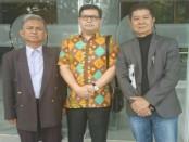 Ketua Umum IMO-Indonesia Yakub F. Ismail (tengah) bersama dua kuasa hukum yang mendampingi dalam perkara gugatan kepada Dewan Pers - foto: Istimewa