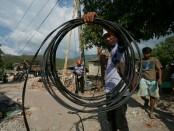 PLN melakukan penyambungan kembali jaringan listrik di wilayah terdampak gempa Lombok dan Sumbawa - foto: Istimewa