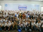 Vice President XL Axiata East region, Mochamad Imam Mualim, bersama perwakilan Kepsek Surabaya serta siswa-siswi SMA/SMKdalam program XYLC 2018 - foto: Ari Wulandari/Koranjuri.com