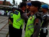 Kapolres Purworejo menyematkan tanda dimulainya operasi, pada perwakilan anggota - foto: Sujono/Koranjuri.com