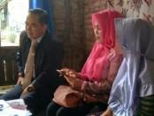 Samino, SH, selaku kuasa hukum, saat mendampingi korban Mawar - foto: Sujono/Koranjuri.com