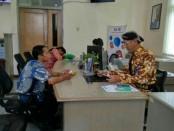 Pemimpin Bank Jateng Cabang Purworejo, Yulistyawan S Hartanto, ikut terjun langsung melayani nasabah, dengan berpakaian adat Jawa - foto: Sujono/Koranjuri.com
